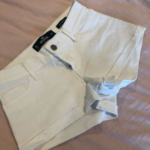 Hollister Low-Rise White Shorts (0R / 24)